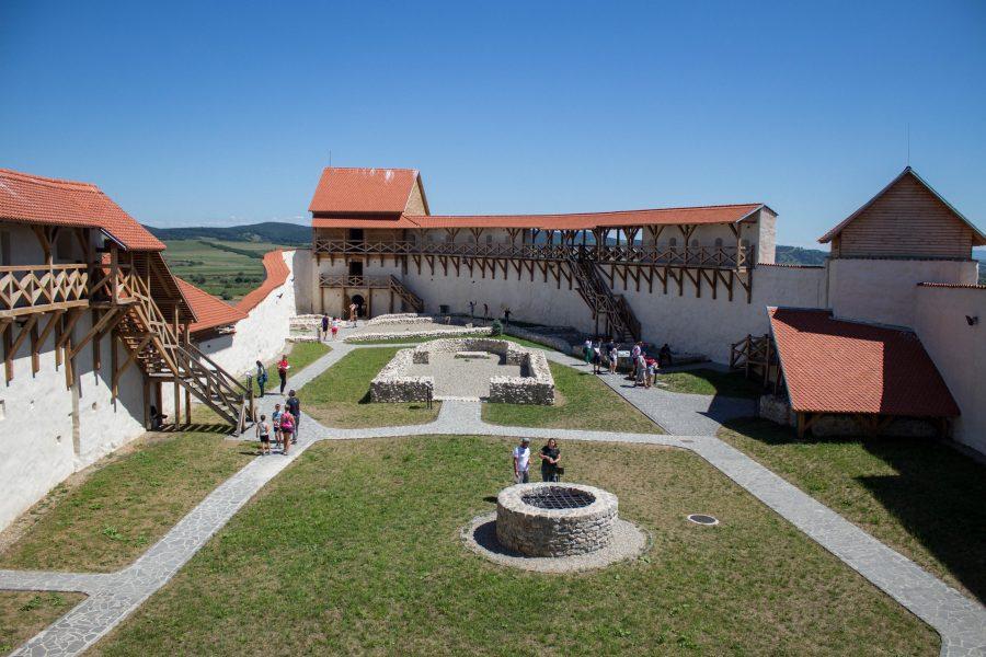 Barcaföldvári vár - Kút az udvaron