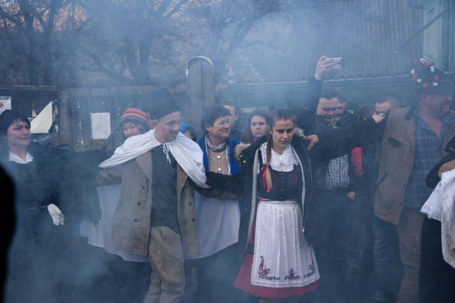 Tűz körül táncoló székely pár