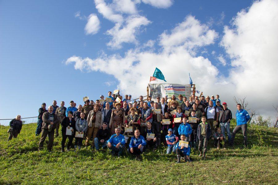 Csoportkép a Szirtisasok által szervezett íjászverseny végén