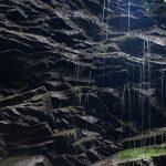 Szikrázó vízcseppek a vízesés falán