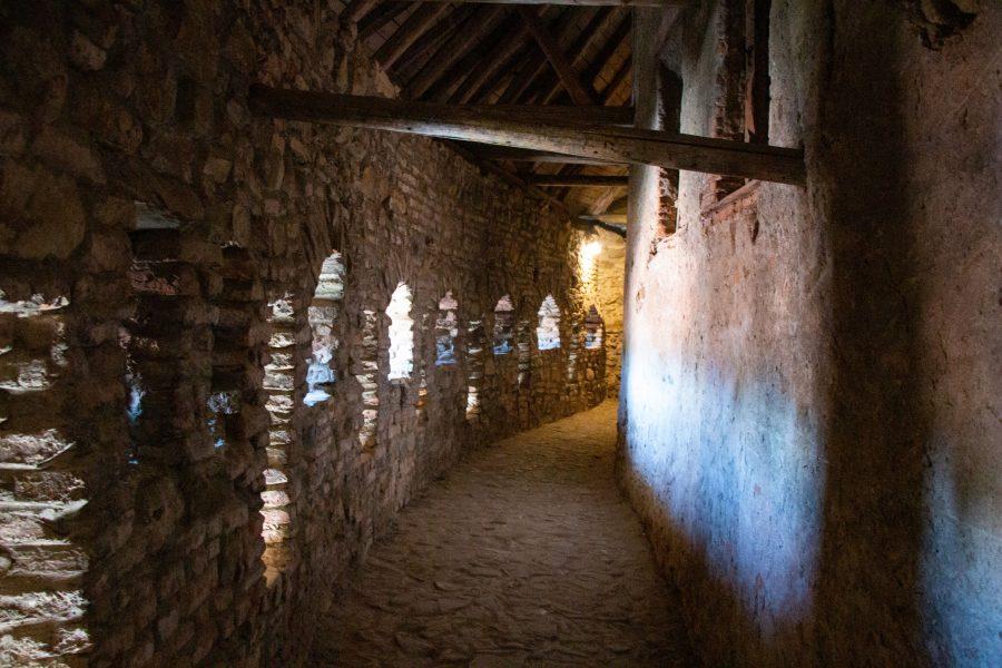 Várfal lőrésekkel a prázsmári erődtemplomban