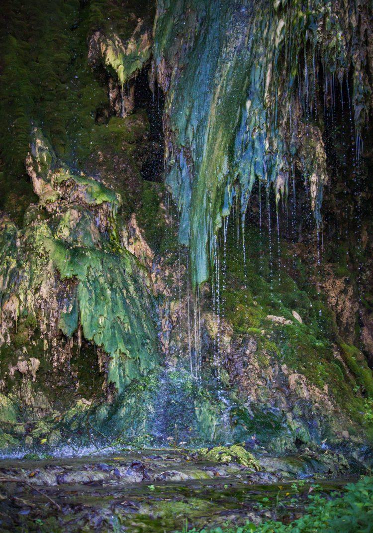 25-30 m magas a Maroshévízi vízesés