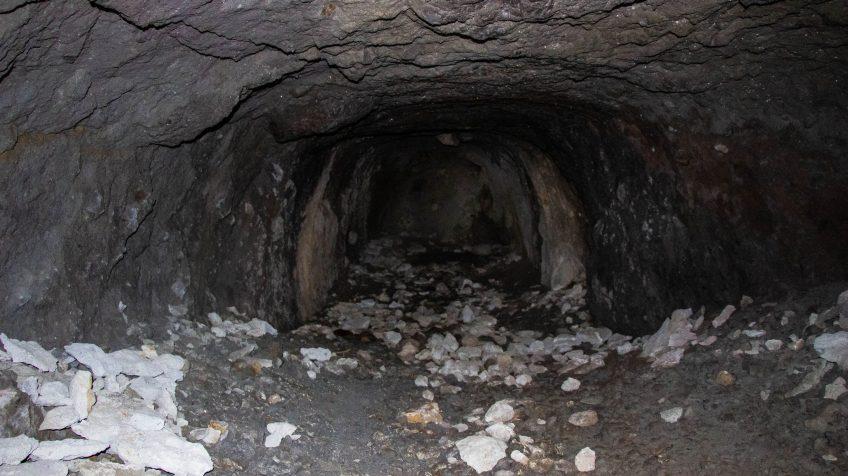 Dinamit rudaknak fúrt lyukak talalhatóak a barlangban