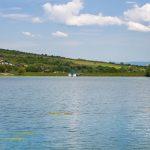 A Besenyő-patak táplálja a tavat