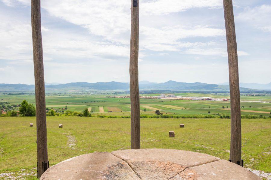 Oltár és tájrészlet az Óriáspince-tetőn