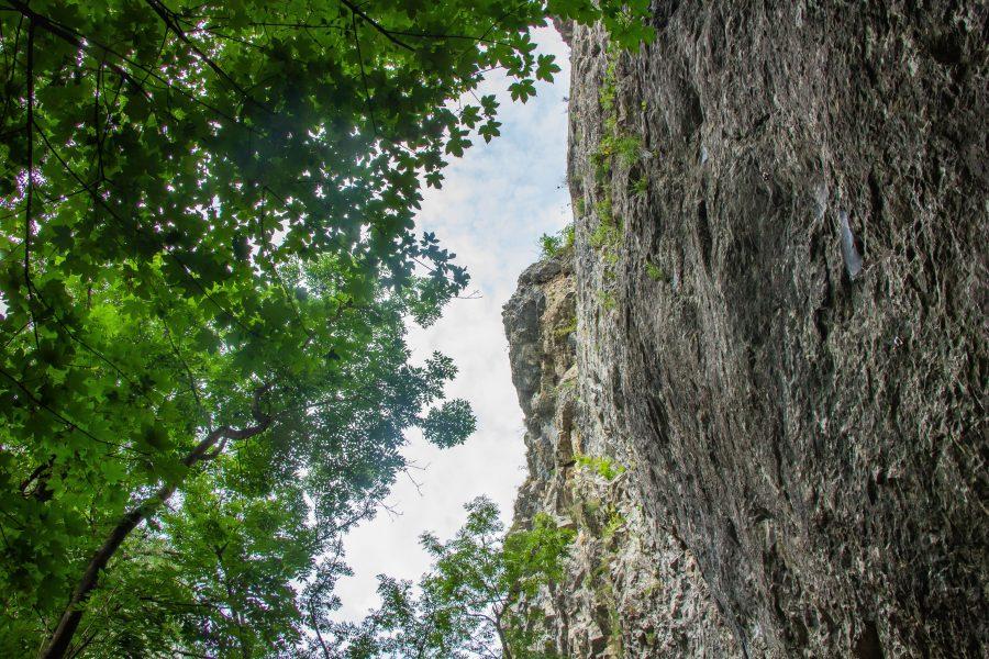 A mészkő falak magassága elérheti a 250 métert