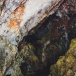 Közel 60 barlangeszerű bemélyedés, és barlang található