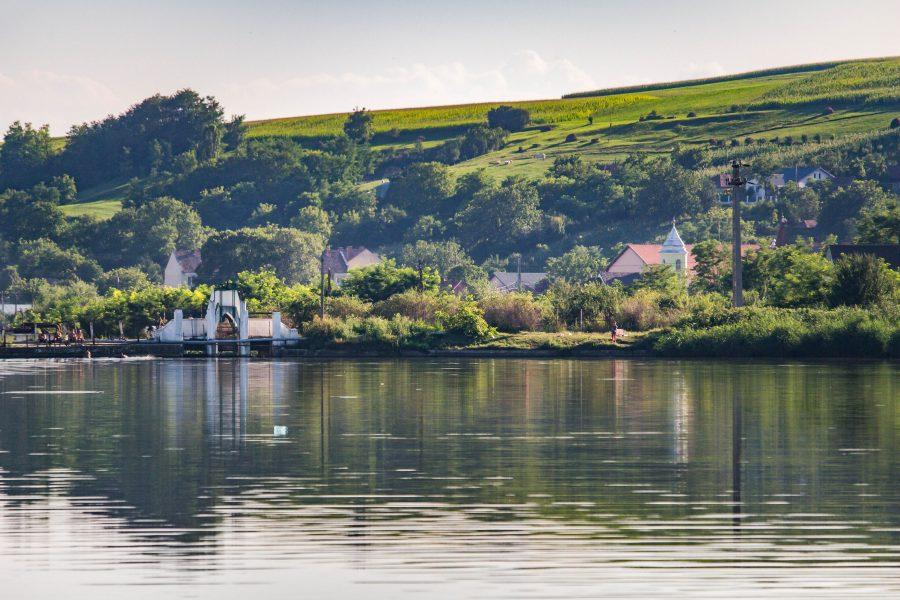 Mezőzáh látképe a tóról