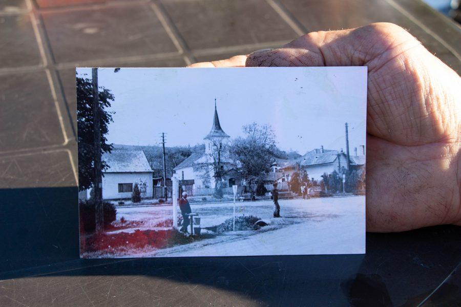 Mezőzáh református temploma, balra az egykori magyar iskola