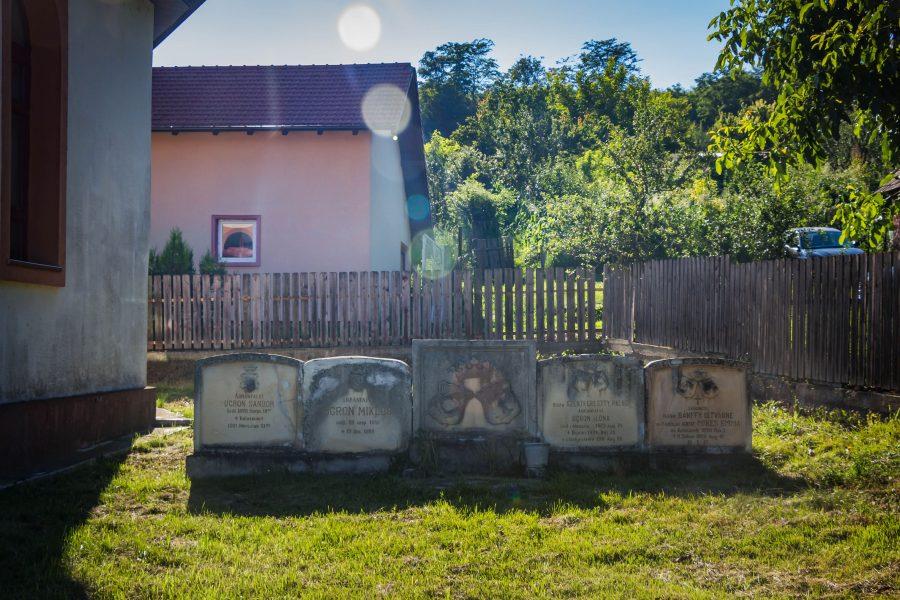 Ugron Sándor, Ugron Miklós, Ugron Ilona és Mikes Emma sírkövei
