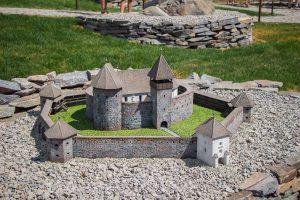 Erődtemtemplomok, várak, tájházak makettjei találhatóak meg a parkban