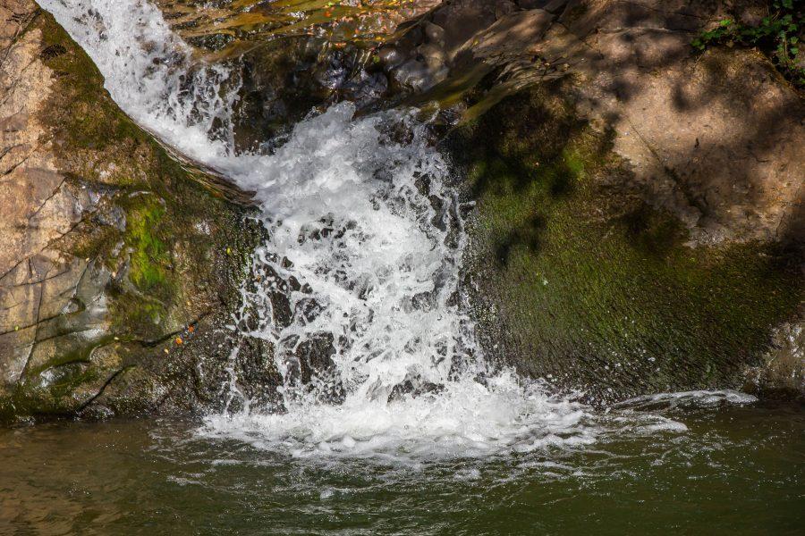 A Tündérvölgyi-vízesés kétlépcsős fala