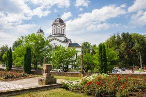 Az Ortodox templom a szovjet hősők emlékművétől nézve