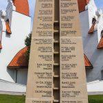 Emlékmű a Millennium templom előtt
