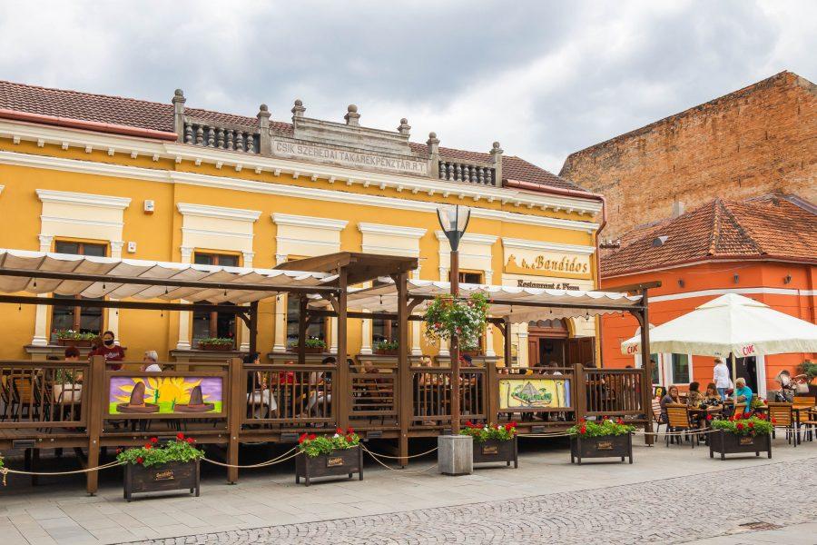Éttermek és kávézók sora Csíkszereda központjában