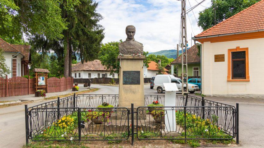 Kőrösi Csoma Sándor emlékére állított szobor Csomakőrös főterén