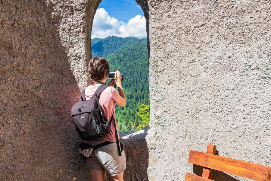 Kilátás a tusnádfürdői Apor bástya ablakán
