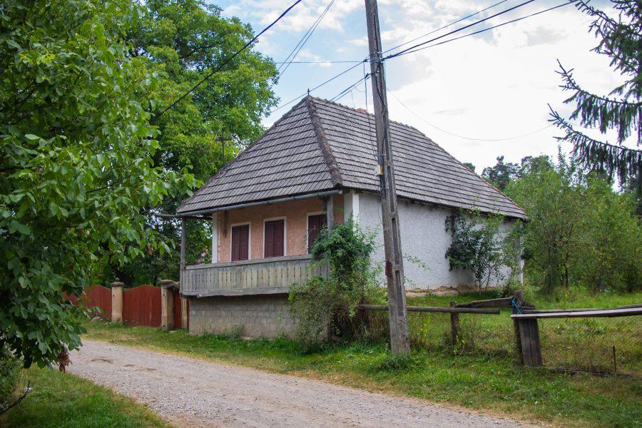 Tornácos ház Csomakőrösön