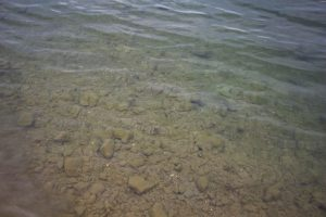 A kőröspataki-tó kristály tiszta vize
