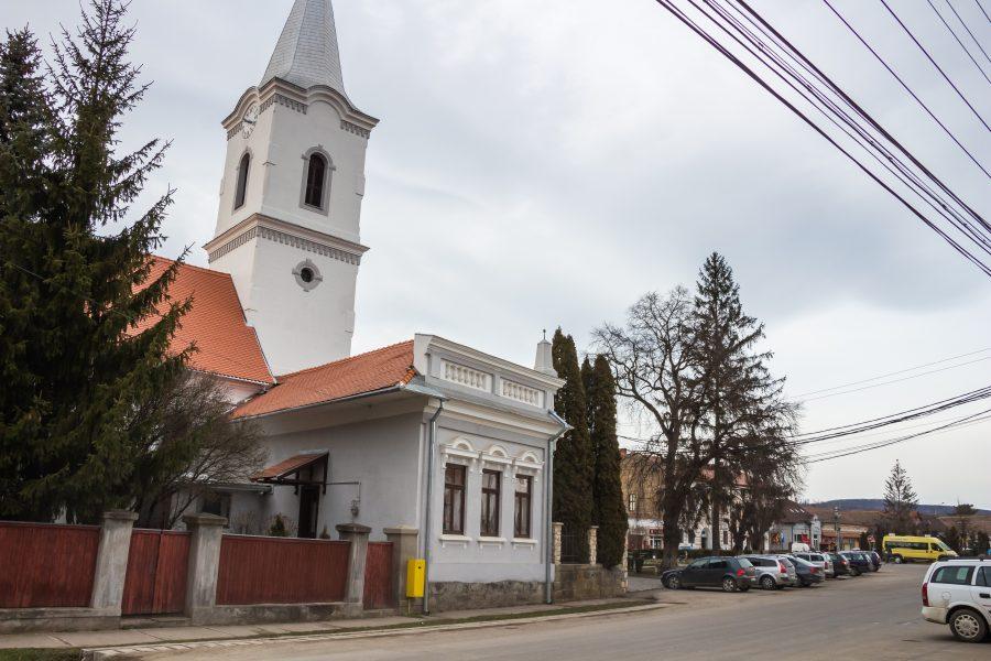Református temploma a régi gótikus templom köveiből 1838-ban épült