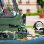 Katonai terepjáró makett az autó orrán