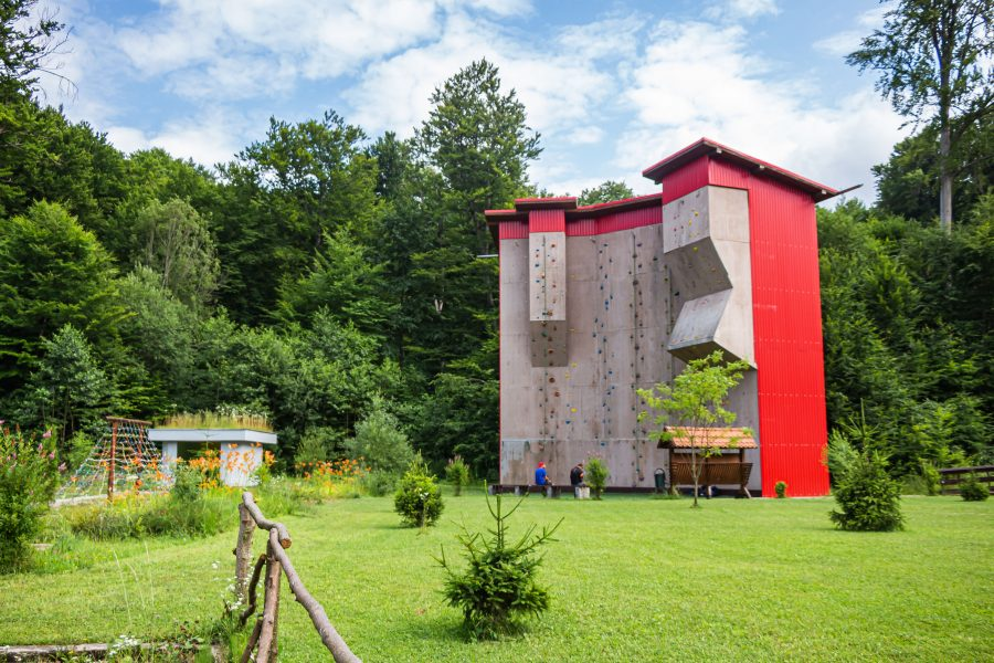 12 méter magas szabadtéri mászófal Sugásfürdőn