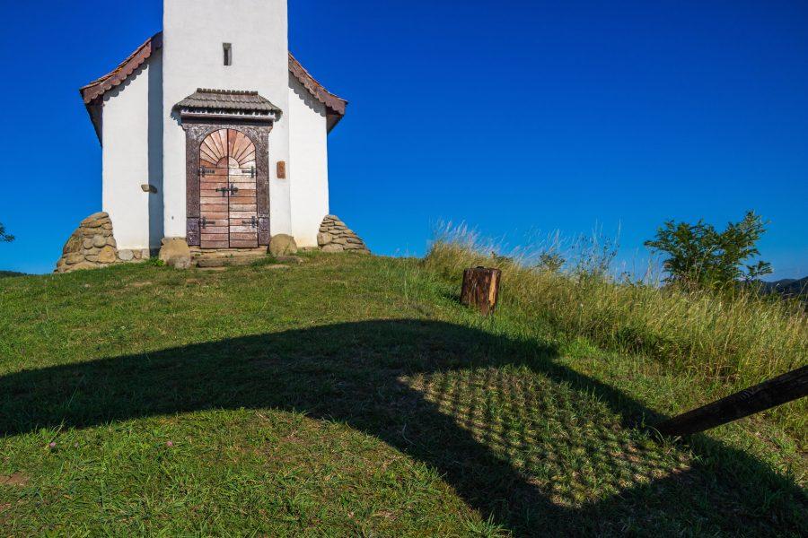 Kápolna a dombtetőn