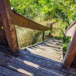 Lépcsők vezetnek fel a kilátóba