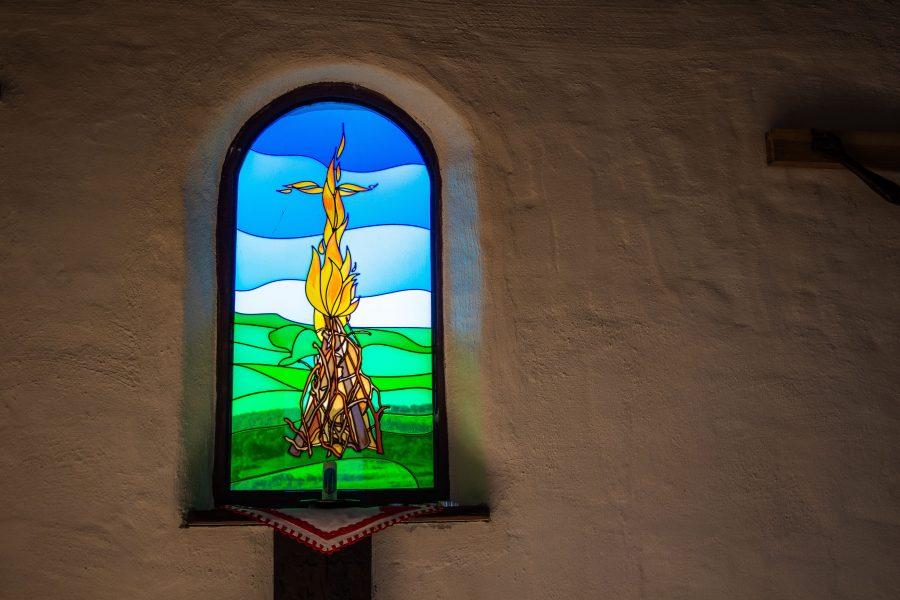 Színes, festett ablakok díszitik a kápolnát