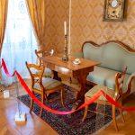 A kort idéző bútorok találhatóak az erdőszentgyörgyi kastélyban