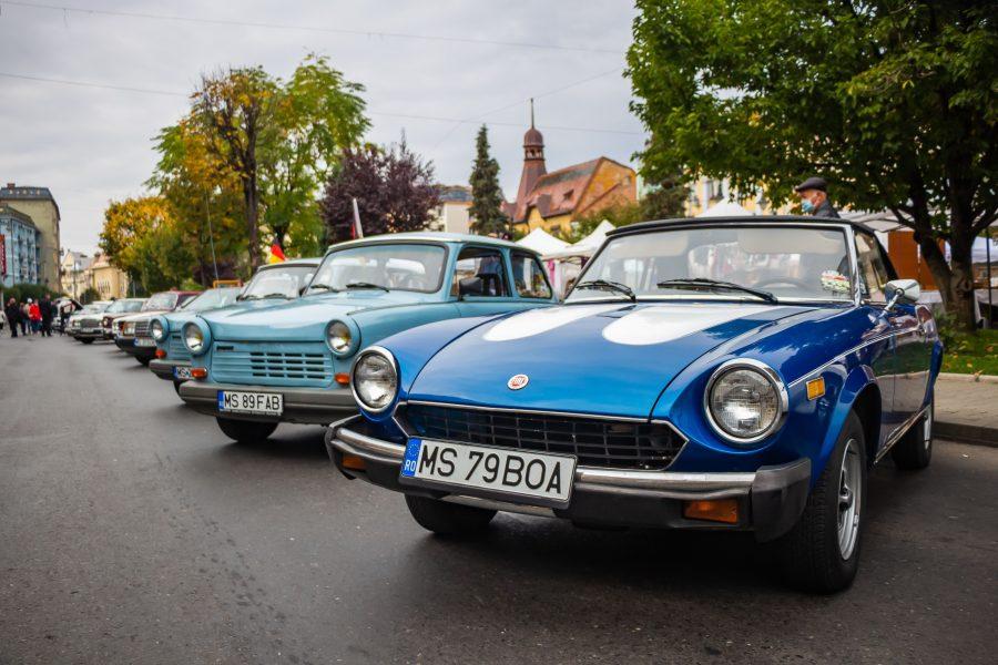 Egy csodaszék, kék Fiat